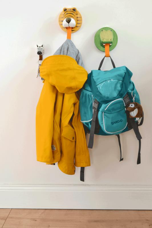 Kleiderhaken mit Jacke und Rucksack